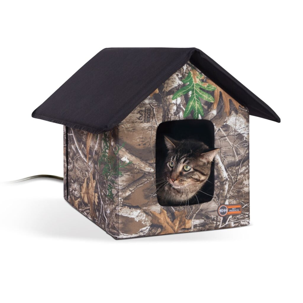 Camouflage outdoor shelter for feral cats